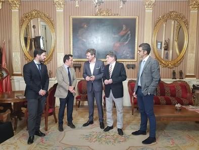 Presntando el congreso al alcalde de Burgos